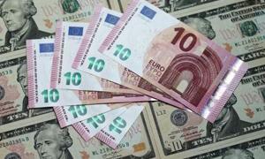 اليورو يهبط لأدنى مستوى في أكثر من شهرين أمام الدولار