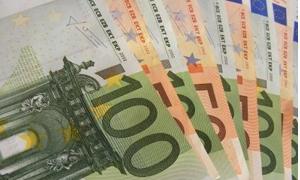 اليورو يتراجع لادنى مستوى في 10 أيام أمام الدولار وبـ22شهرا امام الجنيه الاسترليني
