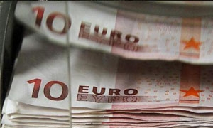 اليورو يتراجع لادنى مستوى في شهر أمام الدولار
