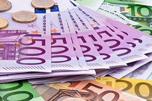 اليورو يهبط قرب أدنى مستوى في شهرين