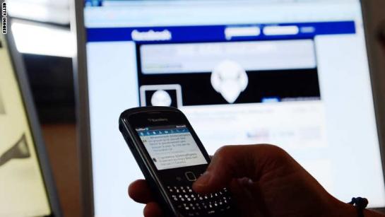فيسبوك: لا دردشة بالمحمول إلا بتحميل تطبيق المسنجر