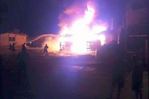 حريق ضخم في سوق الهال بدمشق يلتهم سيارات محملة بالبضائع