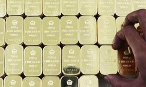 الذهب يهبط بعد صعود على مدى أربعة أيام