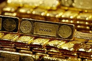 الذهب ينخفض مع صعود الدولار بفضل بيانات أمريكية تدعم رفع الفائدة