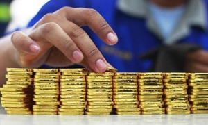 الذهب العالمي يرتفع 1%..وبرنت يهبط 2% متأثراً بوفرة الامدادات في السوق وضعف الطلب الأوروبي