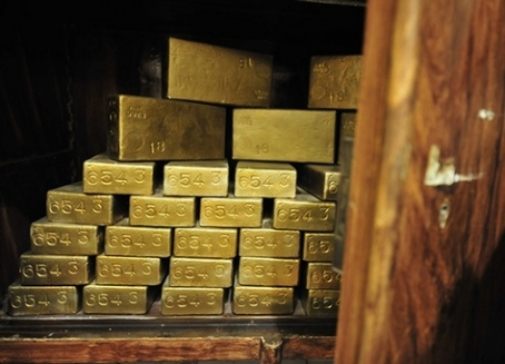 تراجع الدولار يرفع الذهب لأعلى مستوى في شهر