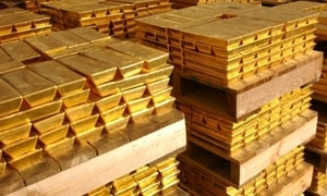 الذهب يرتفع مع تراجع الأسهم والدولار والأوقية عند 1069.2 دولار