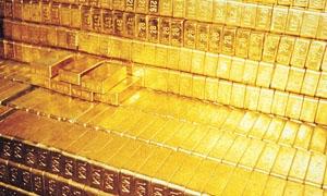 الذهب يتراجع مع صعود الدولار لكن ينهي خسائر استمرت 7 أسابيع