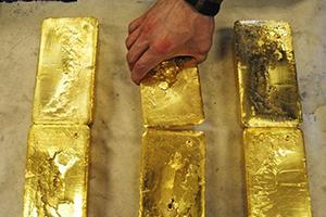 للمرة الأولى منذ العام 2013 .. الذهب يتجاوز 1450 دولارا
