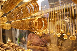 أسعار الذهب في سورية تُسجل تراجعاً حاداً بدعم من إنخفاض الدولار.. الغرام ينخفض 3000 ليرة