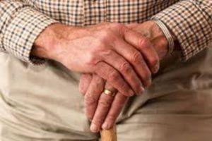 سن التقاعد إلى 65 عاماً...المؤيدون: يحافظ على الكفاءات..المعارضون: سيكون على حساب الوافدين الجدد