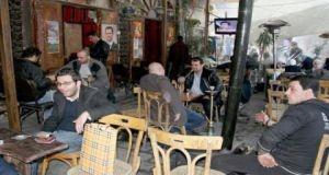 تقرير: رغم الأزمة.. مقاهي دمشق تحافظ على بريقها وتجمع السوريين