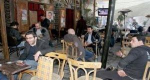 الأركيلة  بـ225 ليرة و الكولا بـ100 ليرة !..محافظة دمشق تحدد أسعار الأراكيل والمشروبات في المقاهي