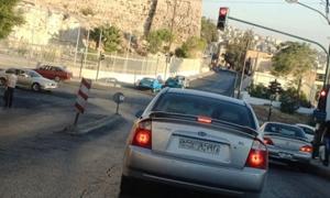 بعد وقف تجديد رخص المركبات الخاصة بهم...سوريون يبيعون سياراتهم بالخسارة في الأردن