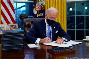 في اليوم الأول لولايته.. الرئيس الأمريكي جو بايدن يلغي قرارات لترامب