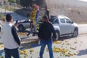 بالصور: مزارعون أردنيون يحتجون على دخول المنتجات الزراعية السورية إلى الأردن