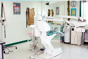وزارة الصحة السعودية تنهي عقود أطباء الأسنان السوريين