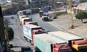 200 شاحنة عبور محملة بالخضراوات والبضائع عالقة بين الحدود السورية اللبنانية منذ 6 أيام