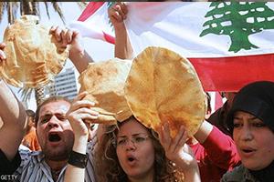 أزمة في لبنان.. إحتياطي القمح يكفي شهر ونصف و رغيف الخبز بـ ( الدولار) فقط