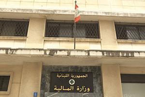هل ينقطع البنزين والقمح والدواء من لبنان؟