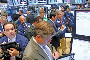 التقرير الأسبوعي: قفزة للدولار والذهب وهبوط للبورصات العالمية