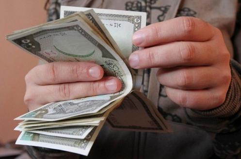 استاذ جامعي: الأغلبية العظمى من السوريون يعيشون تحت خط الفقر..  والحد الأدنى للأجور يجب ان يكون 70 ألف ليرة