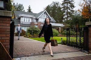 المديرة المالية لشركة هواوي تعيش حياة ثرية في الإقامة الجبرية