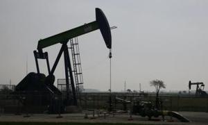 اسعار النفط تهبط 5 بالمئة مع انحسار المخاوف بشان الصراع في اليمن