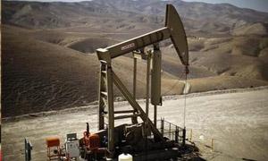 النفط الأمريكي مستقر فوق 98 دولارا بعد زيادة حادة للمخزونات