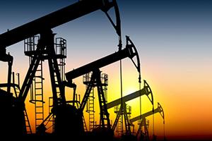 النفط يهبط مع صعود الدولار بعد نشر محضر اجتماع المركزي الامريكي
