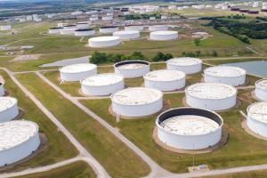 النفط يواصل الصعود مع تراجع المخزونات الأميركية