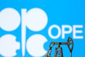 النفط يتراجع أكثر من 1% بعد اتفاق ( أوبك+ ) على زيادة الإمدادات
