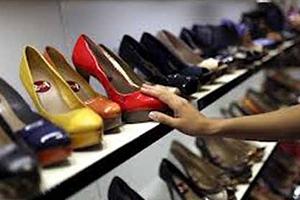 يباع في دمشق..الحذاء النسائي بـ 160 ألف ليرة والتاجر يربح منها 70 ألف
