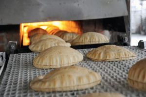 مسؤول يقول: السوري يأكل 115 كغ خبز في السنة بسعر 5750 ليرة فقط!