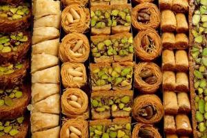 سوق الحلويات  (داقر)  بعض الأنواع تلامس الـ 100 ألف ليرة سورية وباعة : الحلويات أصبحت كماليات