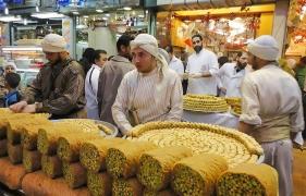 السوريون يهجرون الحلويات بعد وصول سعر الكيلو إلى 10 آلاف ليرة