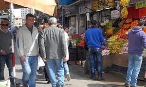 الدولار الشماعة الرئيسية للارتفاع.. أسعار جنونية في أسواق دمشق كيلو السكر إلى 265 والبندورة بـ350 ليرة