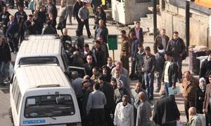 السرافيس تخالف التعرفة علناً ..ومحافظة دمشق تعلن: تخصيص 7 محطات وتوزيع 40 ليتراً يومياً للميكروباصات