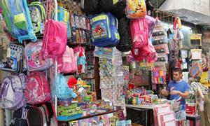 كابوس بدء العام الدراسي في سوريا وسط غلاء الأسعار..و11500 ليرة تكلفة شراء اللباس المدرسي للولد الواحد