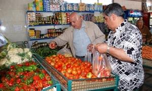الخضار والفواكه تحافظ على أسعارها المرتفعة..البطاطا بـ120 والبندورة الكيلو بـ90 ليرة