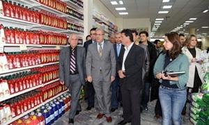 وزير  التجارة: أسعار المواد الأساسية تواصل انخفاضها وبإمكان المواطنين استلام مخصصاتهم من السكر التمويني