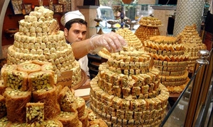 كيلو الحلويات الشرقية يصل لـ 6ألاف ليرة.. تقرير: موائد السوريين في رمضان تكاد تخلو من أصناف الحلويات