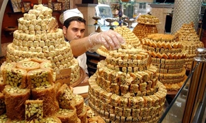 عشية عيد الفطر.. الغش وإرتفاع الأسعار يطغيان على أسواق الحلويات وثمن 3 كيلو من الحلويات يعادل
