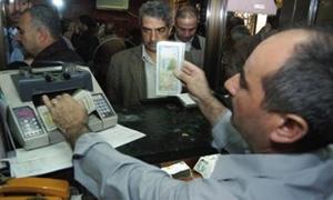 ازدحام شديد على شركات الصرافة وامتناع بعضهم عن البيع ينعش المضاربه بالسوداء ويرفع الدولار فوق200 ليرة