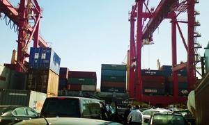 تكدس للبضائع المستوردة في موانئ