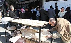 مدير التجارة الداخلية بدمشق: وضع الخبز بدأ بالتحسن ولا سلطة لنا لقمع المتاجرين به أمام الأفران