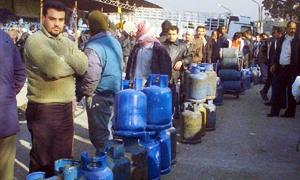 أزمة غاز تعود لدمشق وريفها.. ازدحامات شديدة تشهدها مراكز توزيع الغاز وانتشار لسوق السوداء