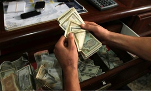 دولار السوداء يهبط 4 ليرات دفعة واحدة في أول ردة فعل لتصريحات الحاكم