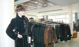 ارتفاع أسعار الألبسة الشتوية بسورية رغم التخفيضات ..وسعر المعطف النسائي يبدأ من 12 ألف ليرة