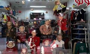 واجهات محال ألبسة الأطفال تزهو بزينة عيد الميلاد..ارتفاع بالأسعار وانخفاض بالمبيعات